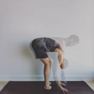 Posture de la flexion avant (singe) : Uttanasana