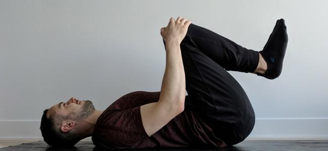 La posture des genoux à la poitrine : Apanasana